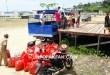 Pegiat kebersihan dibantu belasan anak-anak membersihkan lokasi panggung terbuka di Jalan Baru