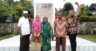 Tim ANRI berpose bersama narasumber sejarah Pepera, dengan latar belakang Monumen Pepera
