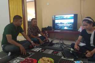 Nur Ismu Hidayat (tengah) mempresentasikan potensi kelautan Fakfak