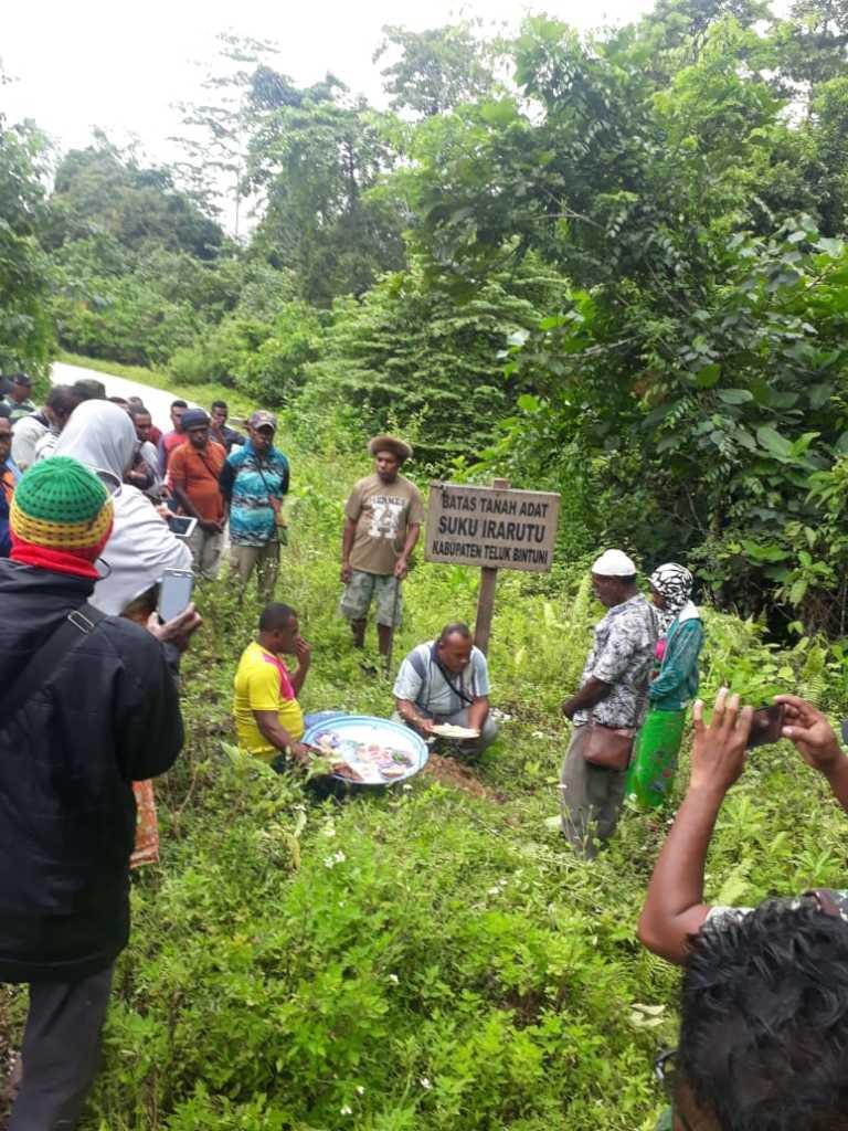 Ketua dan tetua  Dewan Adat Mbaham Matta Kabupaten Fakfak, mengembalikan patok batas tanah adat ke Tanah Rata