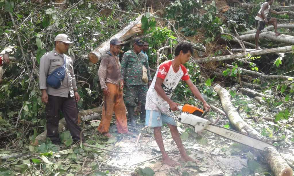 Permbukaan jalan Fakfak-Kokas yang tertimbun longsoran tanah, batu dan pohon, terus dilakukan sejak Minggu kemarin