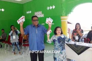 Bupati Fakfak, Dr. Mohammad Uswanas, M.Si. dan istri, usai mencoblos di TPS 020 Kelurahan Fakfak Selatan