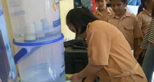 Siswi SD mencoba mengkonsumsi air minum sehat dan aman