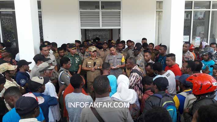 Massa yang mendatangi Kantor Bupati Fakfak menanyakan dana bantuan berobat