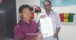 La Soni dan Jijin menunjukkan laporan polisi