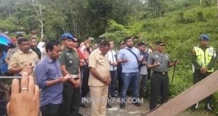 Berdoa bersama sebelum membuka palang di Politeknik Negeri Fakfak