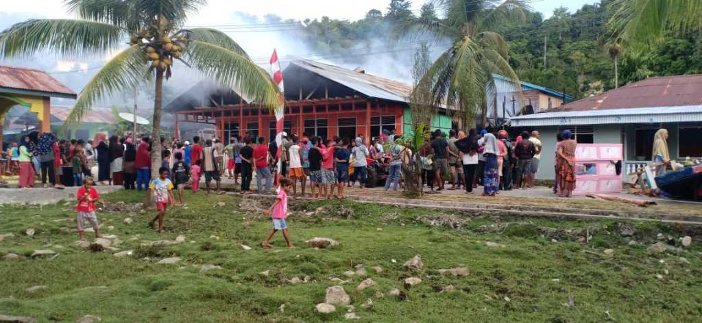 Kebakaran yang menimpa dua rumah di Kokas (foto istimewa)