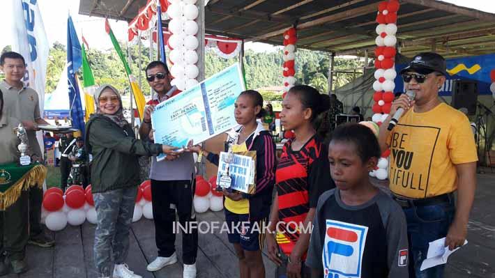 Ketua DPRD Kabupaten Fakfak, Siti RH, menyerahkan hadiah kepada para juara lari 10 kelas putri