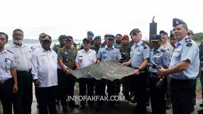 Marsma. TNI Erwin Buana Utama secara simbolis menyerahkan serpihan pesawat catalina kepada RAAF