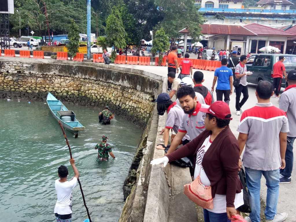 "Bersih-bersih sampah ""Beach Clean Up "" di are reklamasi dan Tbumburuni, Fakfak, Papua Barat."