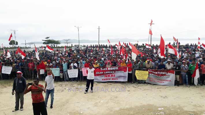Ribuan orang melakukan aksi damai di lapangan area Jl. Salasa Namudat Fakfak, tuntut polisi bertindak tegas