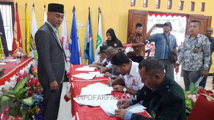Ketua KPU Fakfak, Dihuru Dekry Radjaloa menyaksikan wakil Parpol menandatangani BAP
