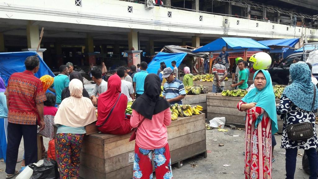 Pedangan menjual pisang yang selamat dari amukan api