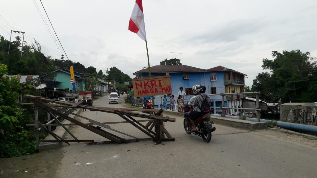 Barikade yang dipasang warga Kampung Tanama, Distrik pariwari, Fakfak