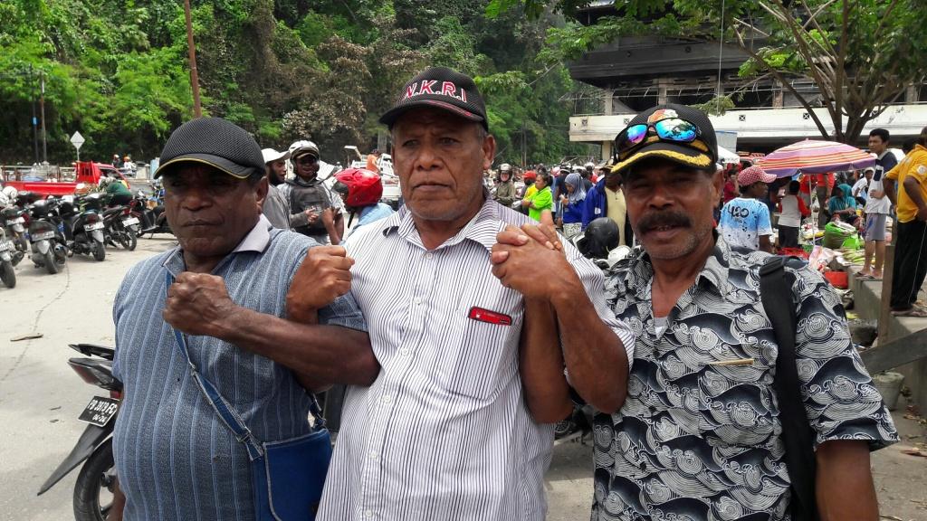 H. Jafar Rumoning (tengah), tokoh Barisan Pembela Merah Putih Fakfak