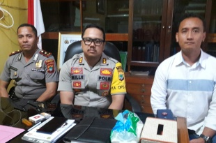 Kapolres Fakfak, AKBP Deddy Foury Millewa, diapit Wakapolres (kiri) dan KBO Reskrim Polres Fakfak (kanan)