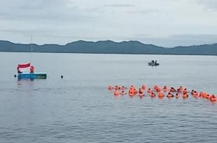 Pengibaran bendara merah putih di atas perairan Fakfak, memperingati HUT RI ke 74