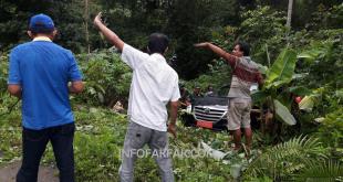 Mobil dinas milik Dinas Kesehatan Kabupaten Fakfak terperosok