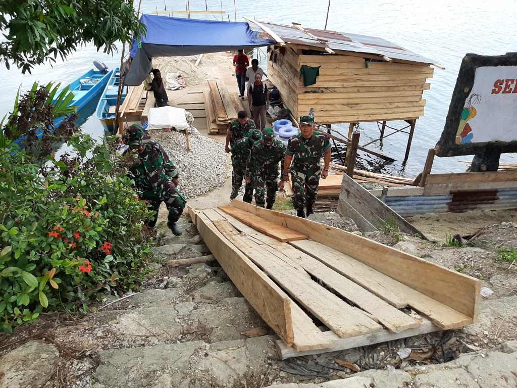 Dandim 1803/Fakfak meninjau persiapan pembangunan tambatan perahu di Kampung Wartutin