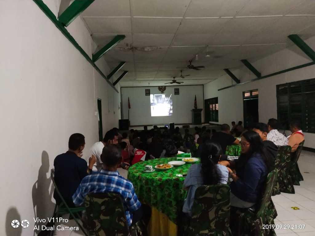 Suasana nobar film Pengkhianatan G 30 S/PKI di aula Makodim Fakfak