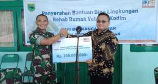 Leo Fajar Kristono, Pemimpin Cabang BRI Fakfak menyerahkan dana CSR 350 juta kepada Dandim 1803/Fakfak