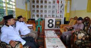 Suasana saat Donatus Nimbitkendik mengembalikan formulir pendaftaran Bacabup ke DPD PKS Kabupaten Fakfak