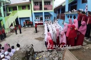 Suasana upacara memperingati Hari Kesaktian Pancasila di Sekolah Islam Terpadu As Salaam, Fakfak