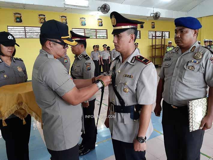 Kapolres Fakfak menyematan tanda jabatan kepada Ipda Slamet Eko R