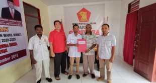Drs. Donatus Nimbitkendik, M.T.P. mengambil formulir pendafatran Bacabup di Sekretariat Partai Gerindra Kabupaten Fakfak