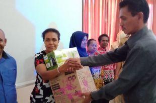 Kepala Dinas Perdagangan dan Perindustrian Kabupaten Fakfak, menyerahkan bantuan alat rumah tangga kepada peserta kegiatan