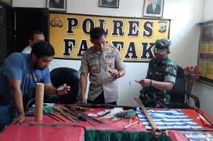Kapolres Fakfak didampingi Dandim 1803/Fakfak dan Kasat Reskrim Polres Fakfak, menunjukkan sebagian barang bukti dalam konferensi pers siang tadi