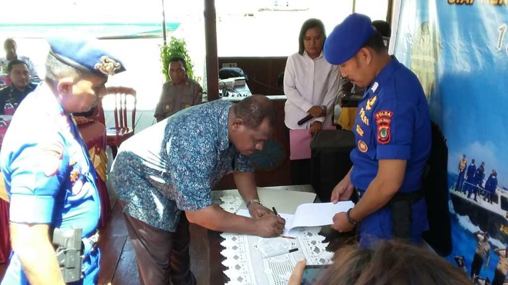 Cliford Ndandarmana menandatangani pernyataan penyerahan tanah untuk Markas Polairud Fakfak