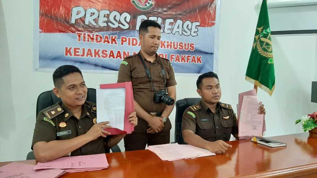 """Kasi Pidus Kejari Fakfak (kiri) menggelar press release terkait kasus """"Koperasi"""" DPRD Kabupaten Fakfak"""