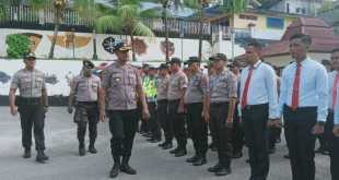 Wakapolres Fakfak, Kompol Daniel Duma Sarampang memeriksa pasukan apel