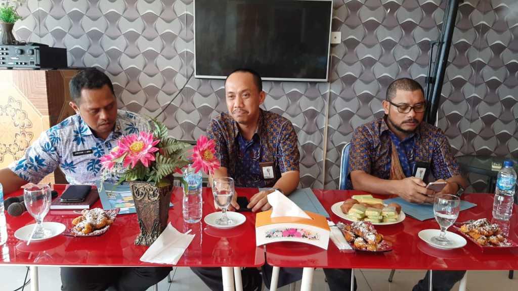 Albert Safaria (tengah) didampingi Musril Kaotjil (kanan) dan Christian J Ubra (kiri). (dok IF).