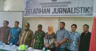Sekretaris Daerah Fakfak, Drs. H. Ali Baham Temongmere, M.T.P., foto bersama usai membuka pelatihan jurnalistik (dok IF)