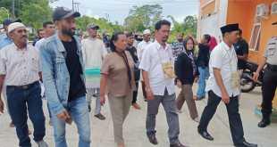 Abdul Rahim Fatamasya dan Jeferson Jimi Liunsanda atau RAJA saat tiba di Kantor KPU Fakfak