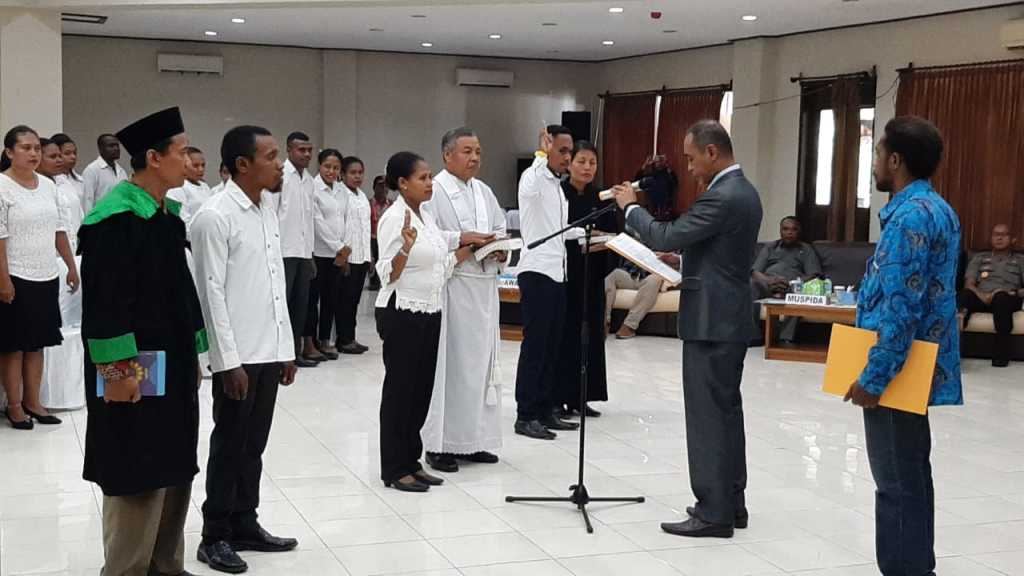 Ketua KPU kabupaten Fakfak, Dihuru Dekry Radjaloa, melantik 85 anggota PPD se Kabupaten Fakfak