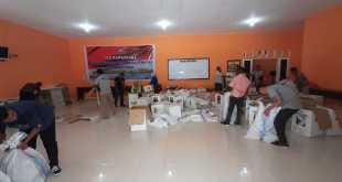 Suasana saat staf KPU Fakfak sedang mengumpulkan kertas-kertas bekas Pileg dan Pilpres