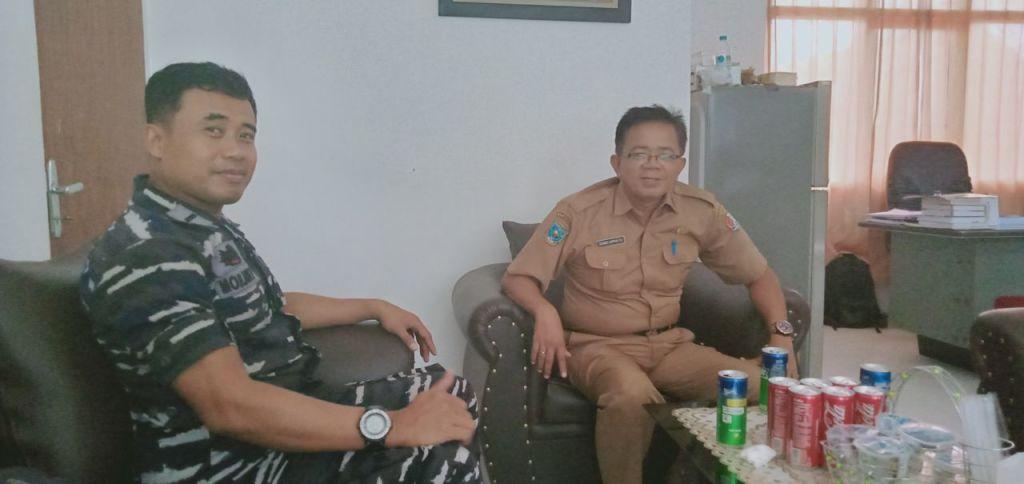 Kepala Dinas Kesehatan Kabupaten Fakfak, Gondo Suprapto bersama Danpos AL Fakfak, Letda Laut Mohammad Hotib