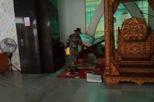 Personel kesehatan Kodim 1803/Fakfak menyemprotkan cairan disinfektan di masjid dan gereja (foto dok. ist)
